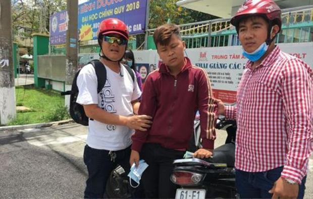 Thuận (áo đỏ, giữa) tống tiền bạn gái cũ. Ảnh: Tiền Phong.