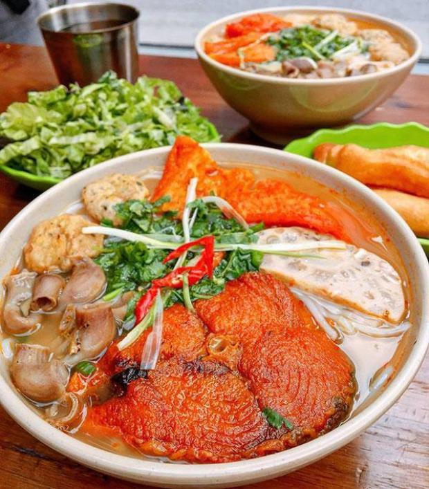 Một bátbún cáở Quang Trung, Hà Nội có giá 55 nghìn đồng, hội tụ đủ những tinh tuý của con cá: thịt cá lọc xương băm làm chả, một khúc ca to chiên giò, lòng cá và dường như sợ khách đói, quán còn cho thêm một miếng giò. (Ảnh: fuongfood)
