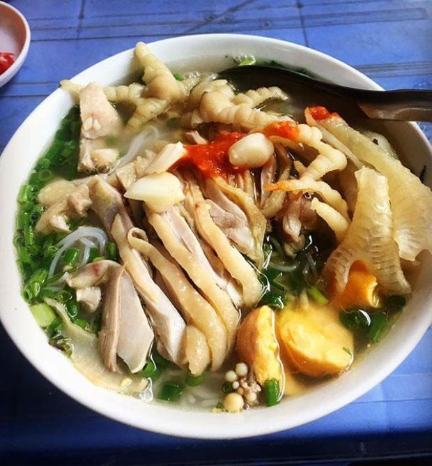 Bát bún gà ở một quán ở Cầu Giấy, Hà Nội phải có đầy đủ các bộ phận của con gà như thịt, da, chân, trứng tràng…mới đủ chắc dạ. Giá của bát bún này là 45 nghìn đồng.