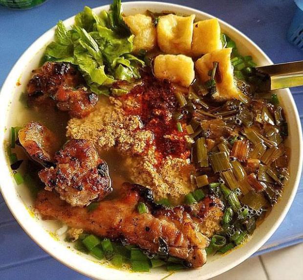 Bún riêu - ốc ở quán bún ốc phố Bạch Mai, Hà Nội với nào ốc to, ốc nhỏ, riêu, giò và món có một không hai: thịt nướng. Vâng! Chính xác là bún riêu thịt nướng!