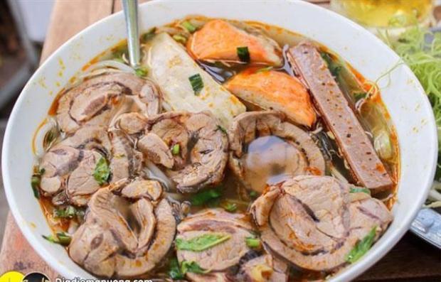 """Bát phở bò """"thịt tràn bờ đê"""" chỉ với 35 nghìn đồng ở một quán ăn trên đường Bạch Đằng, Hà Nôi. (Ảnh: Ng Minh Phương)"""