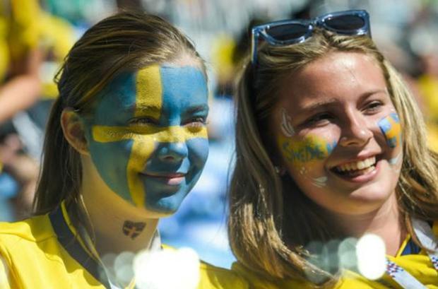 'Ngất ngây' với nhan sắc xinh tươi của dàn fan nữ tuyển Anh và Thụy Điển