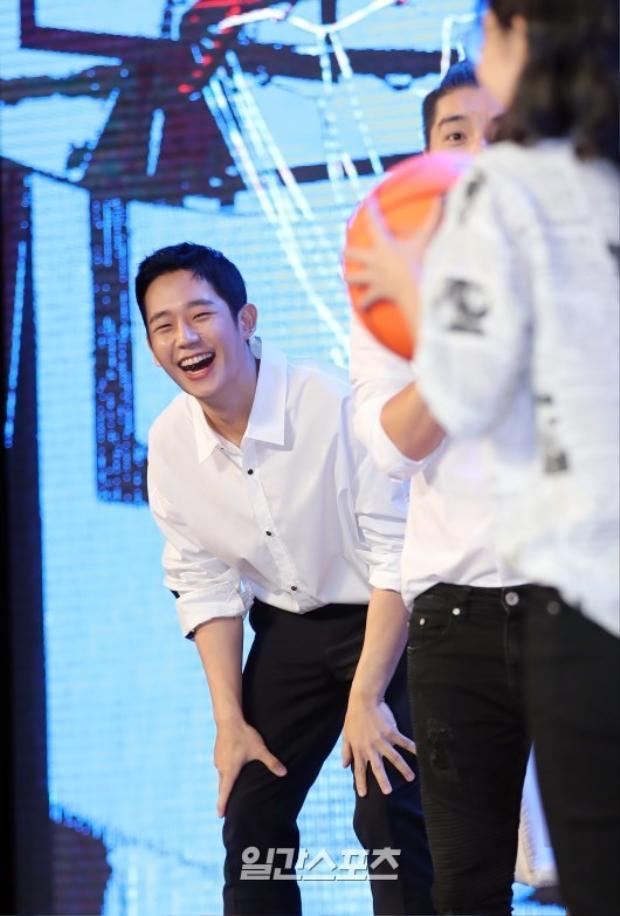 Cười thật sảng khoái khi chơi trò chơi với fan.