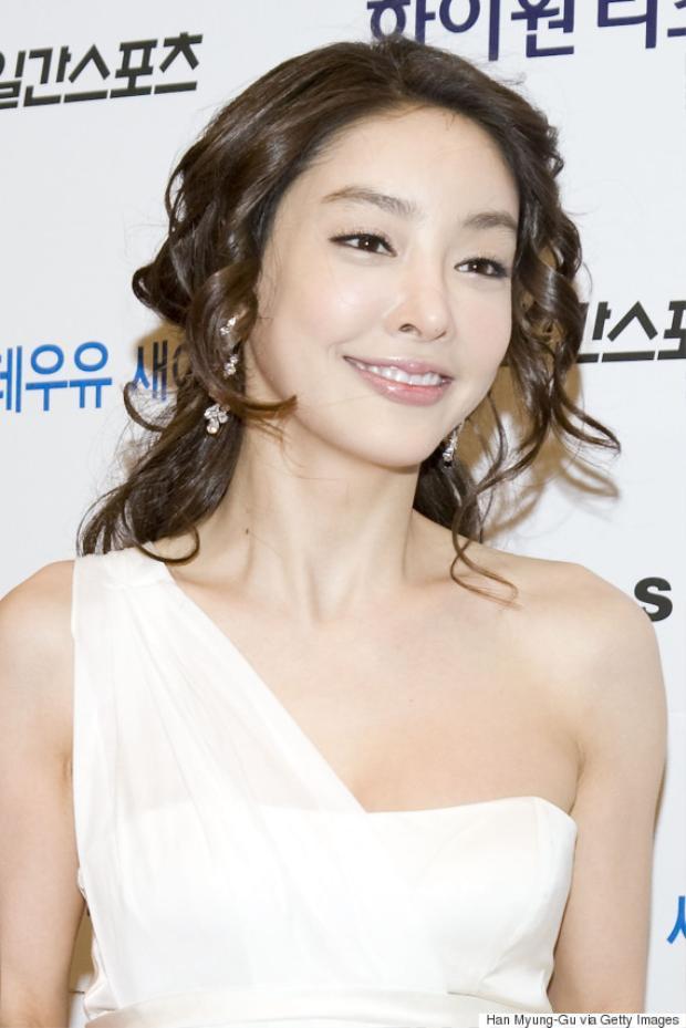 Trước đó, một nữ đồng nghiệp của nữ diễn viên đã chia sẻ câu chuyện mà mình tận mắt chứng kiến cảnh Jang Ja Yeon bị một nhà báo nổi tiếng ép khiêu vũ trên bàn, lôi kéo cô ngồi lên trên đùi hắn ta.