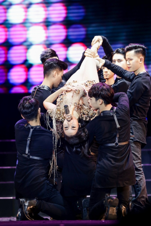 """Thu Minh cho thấy sự đầu tư chỉn chu với những vũ đạo """"khó nhằn""""."""