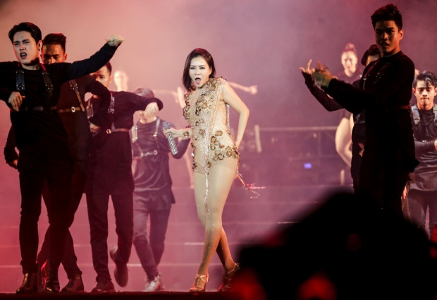 """Giai điệu latin dance đầy sôi động của Forever 20đã góp phần làm """"nóng"""" thêm chương trình, lôi kéo khán giả phải nhún nhảy hòa cùng âm nhạc."""
