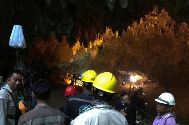 Lực lượng cứu hộ trong hang Tham Luang. Ảnh: Reuters