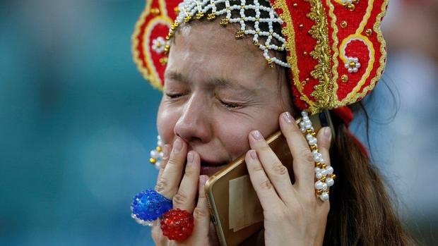 Chứng kiến điều này, rất nhiều CĐV của Nga đã bật khóc. Ngay trên khán đài, một nữ CĐV xinh đẹp vừa gọi điện báo cho người thân vừa rơi lệ.