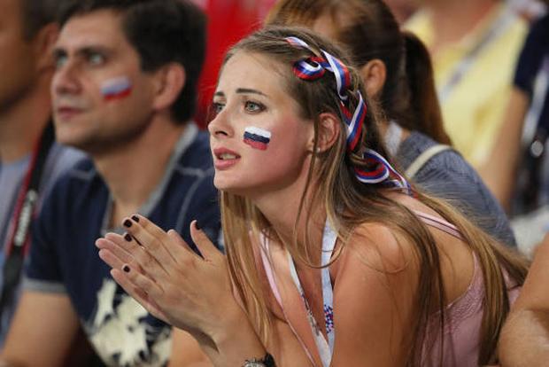 Một nữ CĐV xinh đẹp buồn bã nhìn Nga dừng bước tại World Cup 2018.