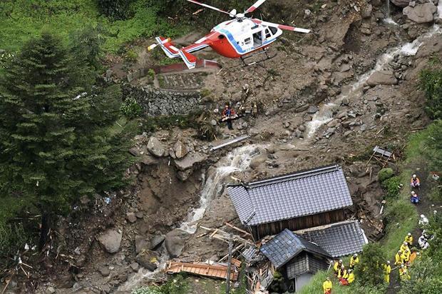 Khoảng 40 chiếc trực thăng được sử dụng để thực hiện nhiệm vụ cứu hộ.