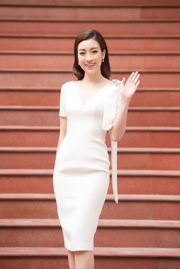 Trong trang phục của NTK Châu Phạm, Hoa hậu Việt Nam 2016vô cùng rạng rỡ và xinh đẹp.