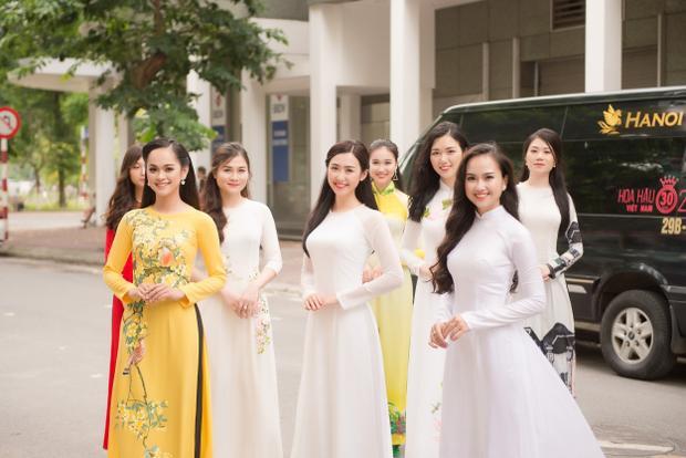 Các thí sinh vòng Sơ khảo phía Bắc Hoa hậu Việt Nam 2018 duyên dáng trong trang phục áo dài.