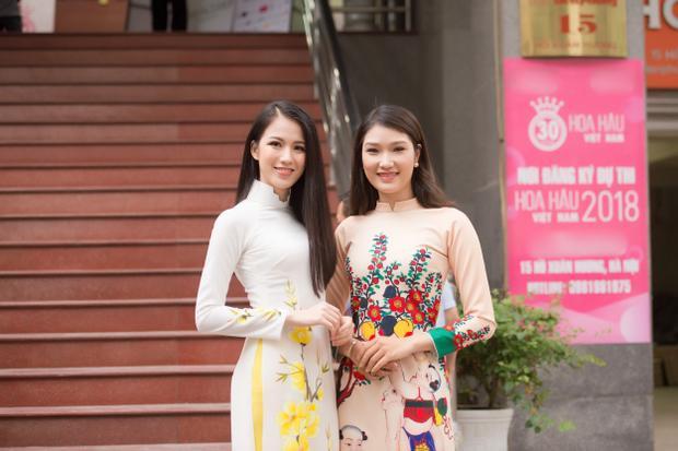 Một thí sinh khác của Hoa hậu Hoàn vũ Việt Nam 2017 - Lại Quỳnh Giang (bên phải).