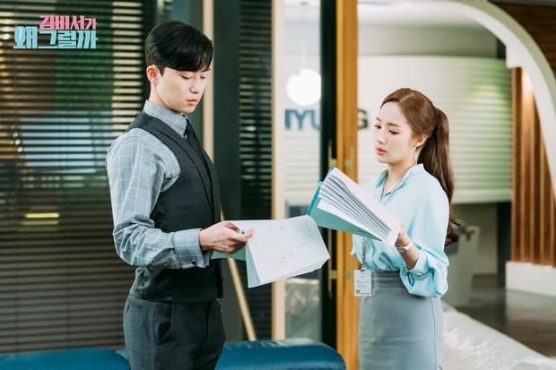 """Cặp đôi """"trai tài gái sắc"""" Park Seo Joon và Park Min Young trông có vẻ nghiêm túc khi xem lại kịch bản."""