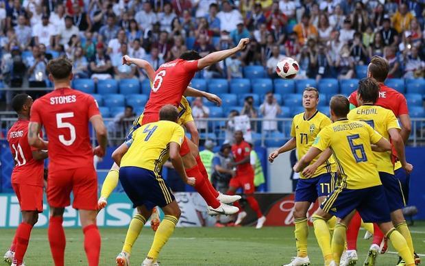 Các trung vệ ĐT Anh tận dụng cực tốt khả năng không chiến trong những tình huống cố định. Ảnh: Fifa.com.