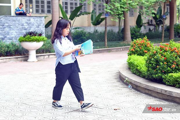 Một nữ sinh có ngoại hình nhỏ bé nhưng đầy tự tin bước vào trường thi.