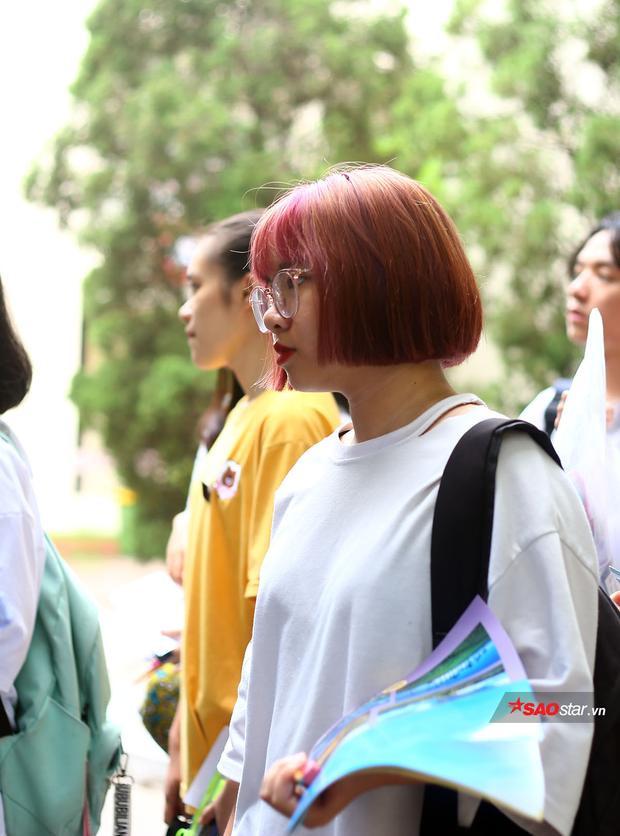 Một nữ sinh có phong cách cá tính với màu tóc nhuộm nổi bật dự thi vào Học viện