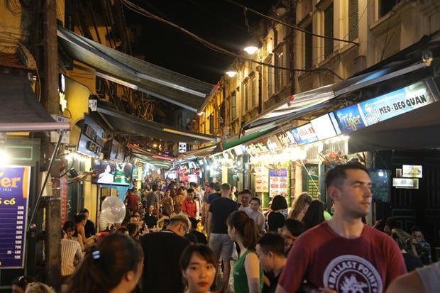 Kể từ ngày bắt đầu diễn ra World Cup, lượng du khách đổ về phố tây Tạ Hiện tăng mạnh khiến không khí tại đây mỗi buổi tối sôi động và náo nhiệt.