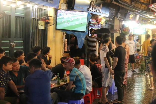 Có quán bia còn lắp hẳn tivi ngay bên ngoài để câu khách.
