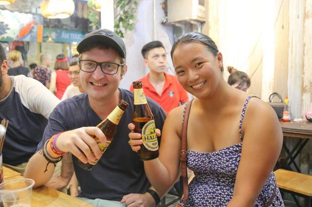 Đến Tạ Hiện uống bia cùng bạn bè, anh Jono (đến từ Canada) chia sẻ, anh thực sự choáng ngợp với không khí World Cup tại Việt Nam.