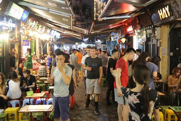 Từ chiều tối đến nửa đêm, du khách nước ngoài vẫn tấp nập tìm đến Tạ Hiện để cùng bạn bè hòa chung không khí World Cup sôi động tại khu phố này.