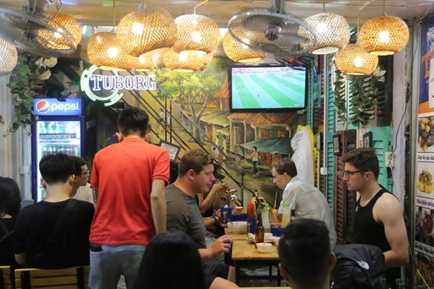 Đi dọc dãy phố dễ dàng bắt gặp các quán bia với chiếc tivi màn hình lớn đang phát sóng những trận cầu nảy lửa để thu hút du khách.