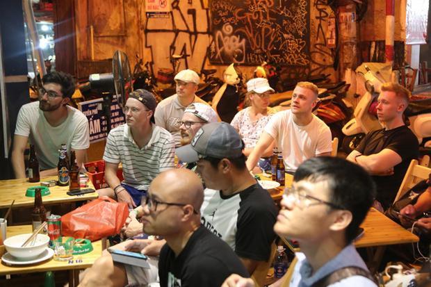 Đến Tạ Hiện, du khách vừa được thưởng thức bia, vừa có thể xem bóng đá qua màn hình lớn.