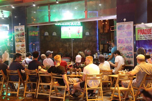 Các quán bia ở đây luôn là lựa chọn hàng đầu của người yêu bóng đá trong và ngoài nước. Có những quán, du khách nước ngoài đến ngồi chật kín.