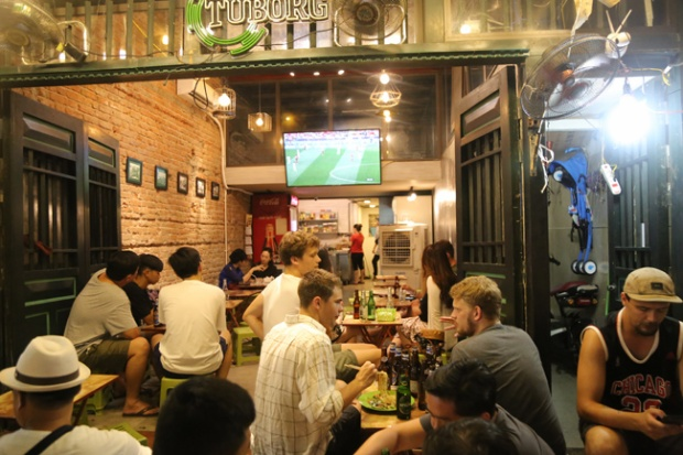 Vào những tối có trận đấu hay, lượng du khách đến Tạ Hiện uống bia, xem bóng càng đông hơn.