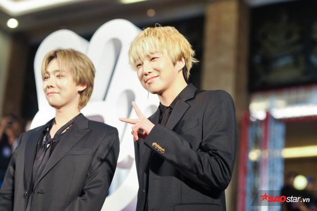 Trưởng nhóm Seungyoon cười tươi trước hàng ngàn fan.