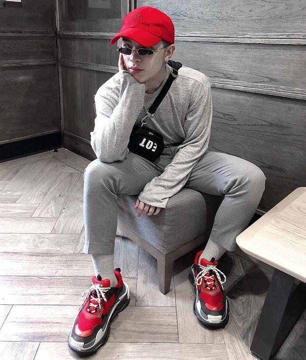 Outfit màu xám của Kelbin Lei trông sẽ không nổi bật đến thế nếu thiếu sự xuất hiện của mũ lưỡi trai cùng giày Balenciaga tông màu đỏ rực rỡ.