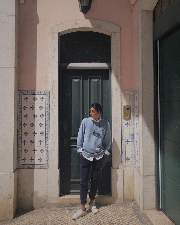 Người mẫu Quang Đại đem đến set đồ tông pastel kẹo ngọt nhưng cực kỳ nam tính khi phối áo sweater cùng quần jeans đậm màu.