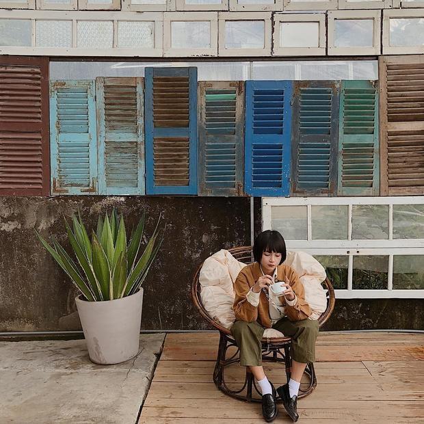 Hot girl Mai Kỳ Hân trông như một cô bé xinh xắn với set đồ toàn những tông màu của đất.