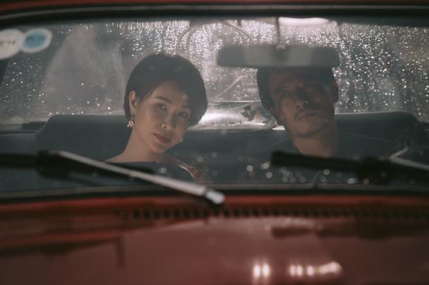 """Những khuôn hình tĩnh được đạo diễn lựa chọn kĩ càng để đặt """"đôi tình nhân"""" Uyên Linh - Trương Thanh Long vào làm bật lên sự ngột ngạt và """"tan vỡ""""."""