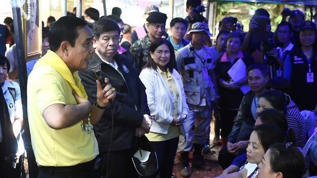 Thủ tướng Thái Lan Prayut Chan-o-cha đã đến hiện trường khích lệ tinh thần các gia đình. Ảnh: AFP/Lilian Suwanrumpha