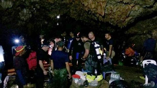 Một thợ lặn chuyên nghiệp SEAL Thái Lan phải mất đến 6 tiếng đồng hồ để đến được nơi đội bóng đang mắc kẹt. Ảnh: AFP/Royal Thai Navy
