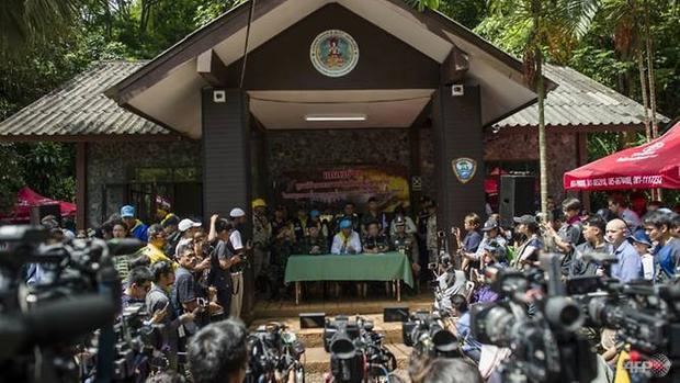 Toàn thể người dân Thái Lan đều cầu mong những điều tốt đẹp nhất cho 13 thầy trò bị mắc kẹt nhiều cây số bên trong hang động sâu nhất nước này. Ảnh: AFP/Ye Aung Thu