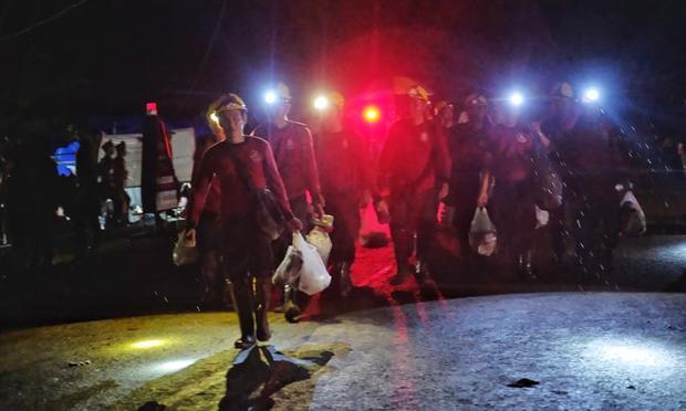 Binh sĩ, nhân viên cứu hộ và tình nguyện viên tại hiện trường chiến dịch giải cứu đội bóng. Ảnh: Getty
