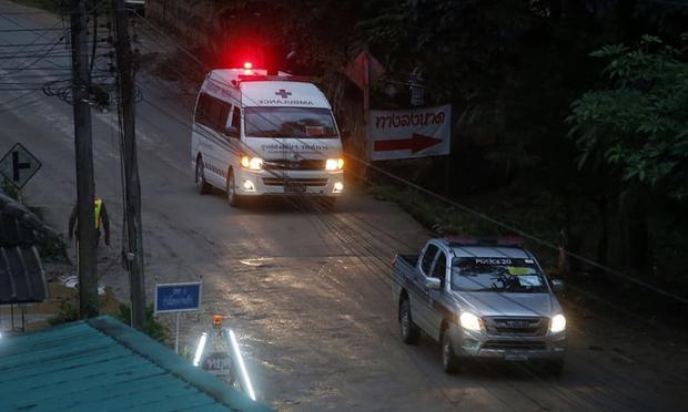 Xe cứu thương được điều động tới hiện trường. Ảnh: AFP