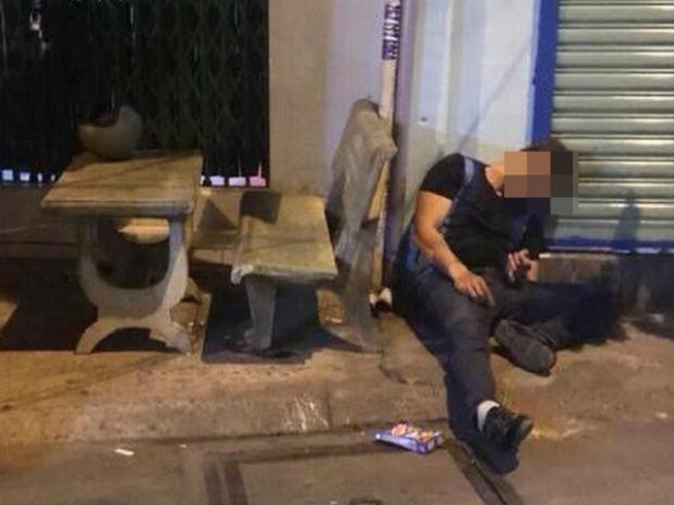 Nạn nhân Nguyễn Thanh P. bị bắn gục trước cửa nhà.