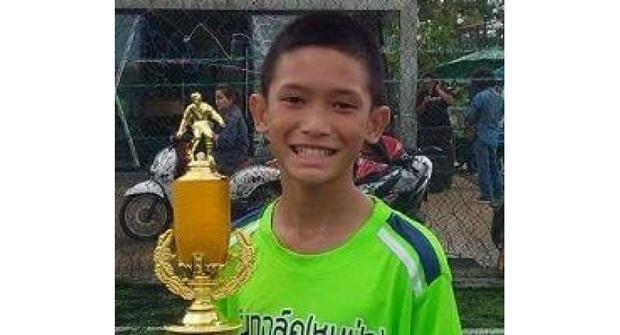 Mongkhon Bunpiem là thiếu niên đầu tiên trong đội bóng nhí Lợn Hoang được đưa ra khỏi hang vào chiều nay.
