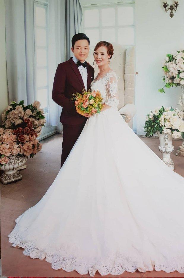 Hình ảnh anh Cương chụp ảnh cưới cùng vợ.