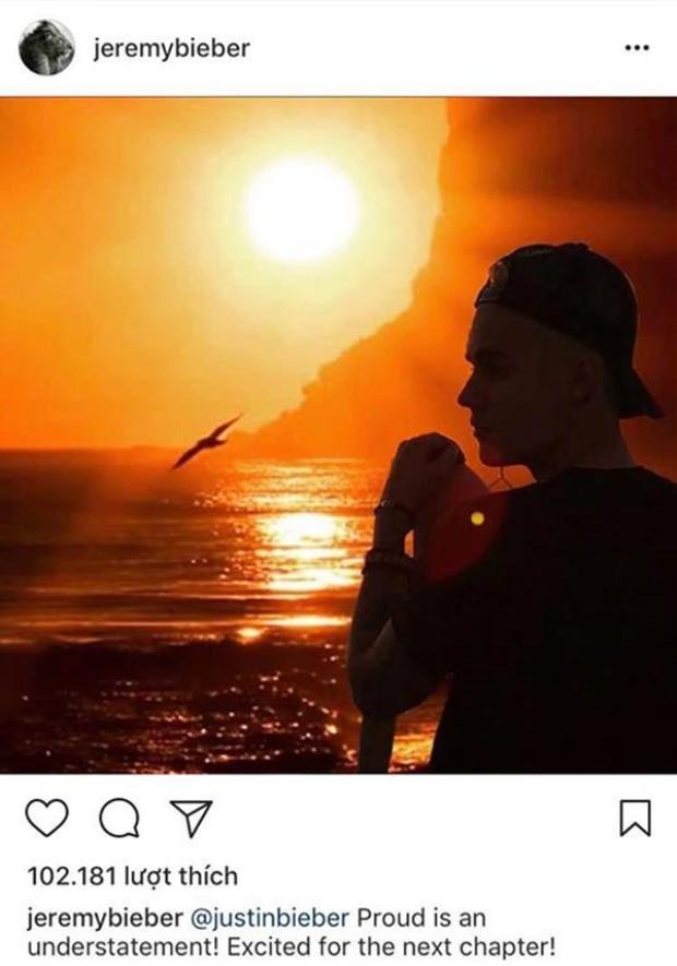 """Bố của Justin cũng chia sẻ hình ảnh con trai trên Instagram cá nhân cùng dòng chú thích: """"@justinbieberProud is an understatement! Excited for the next chapter!"""". (@justinbieberHơn cả sự tự hào! Phấn khởi cho chặng đường sắp tới!)."""