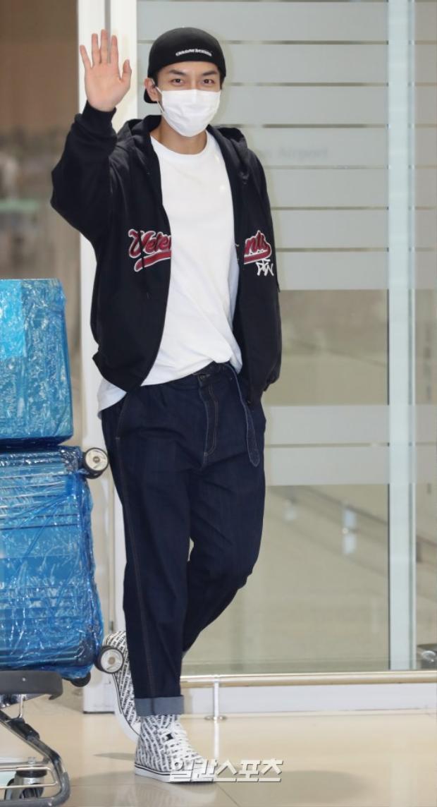 Nam diễn viên Lee Seung Gi vẫy tay chào người hâm mộ.