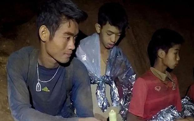Huấn luyện viên Ekapol Chanthawong cùng các thiếu niên mắc kẹt trong hang. Ảnh: Hải quân Thái Lan.