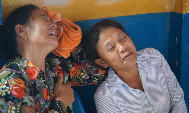 Người nhà nạn nhân khóc ngất khi nhìn thấy hung thủ. Ảnh: Vietnamnet.