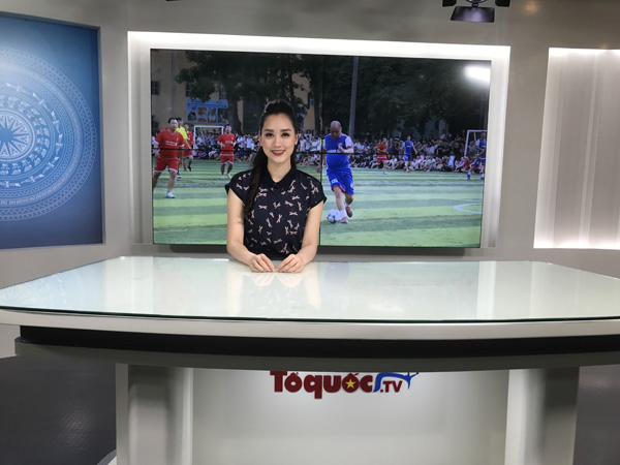 Hiện Hồng Nhung làm MC cho đài Tổ Quốc TV.
