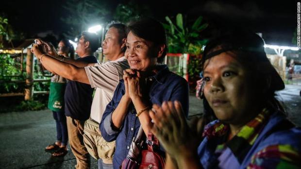 Người thân các nạn nhân liên tục cầu nguyện, mong những cậu bé sớm được giải cứu.