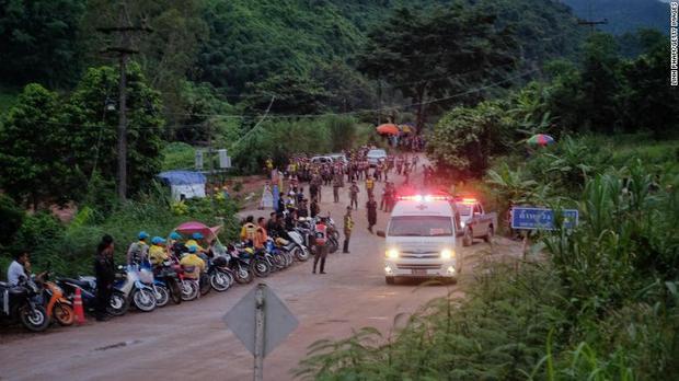 Xe cứu thương luôn sẵn sàng trước cửa hang, nơi các thành viên đội bóng Thái Lan bị mắc kẹt.