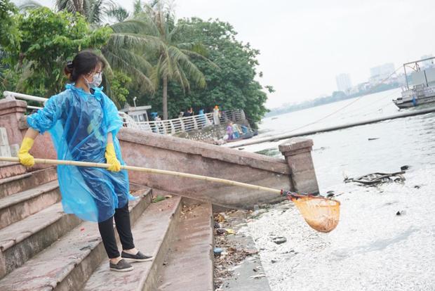 Theo người dân cho biết, hai ngày trước lượng cá chết đã nhiều, hằng ngày luôn có công nhân môi trường đến vớt dọn đi. Thế nhưng từ đêm qua đến sáng nay, lượng cá chết gấp nhiều lần, mùi hôi thối bốc lên nồng nặc khiến ai đi qua cũng hãi hùng.